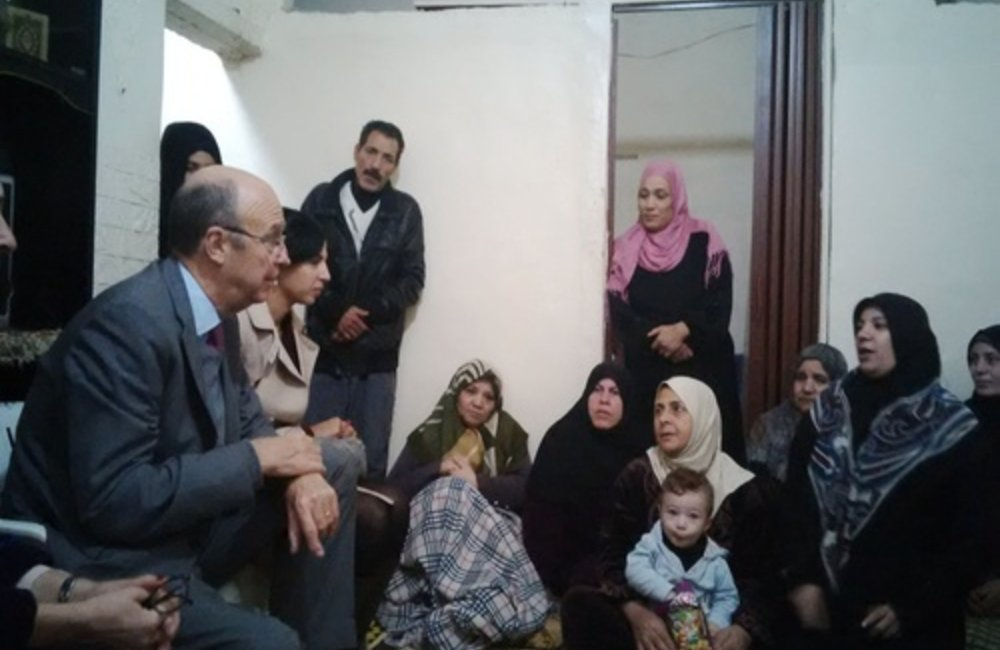 Former SCL Plumbly meets Palestine refugees from Syria at Burj Barajneh camp (37-11-2014)