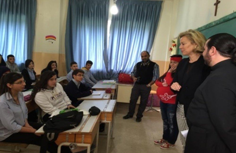 U.N. Special Coordinator Sigrid Kaag with students (20 03 15)
